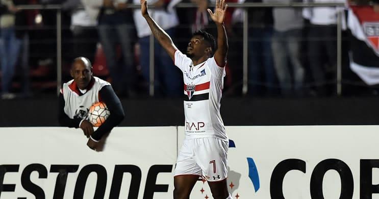 Sao-Paulo-marca-no-fim-e-larga-na-frente-do-Galo