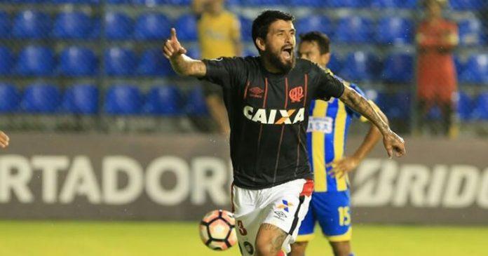Lucho González marca